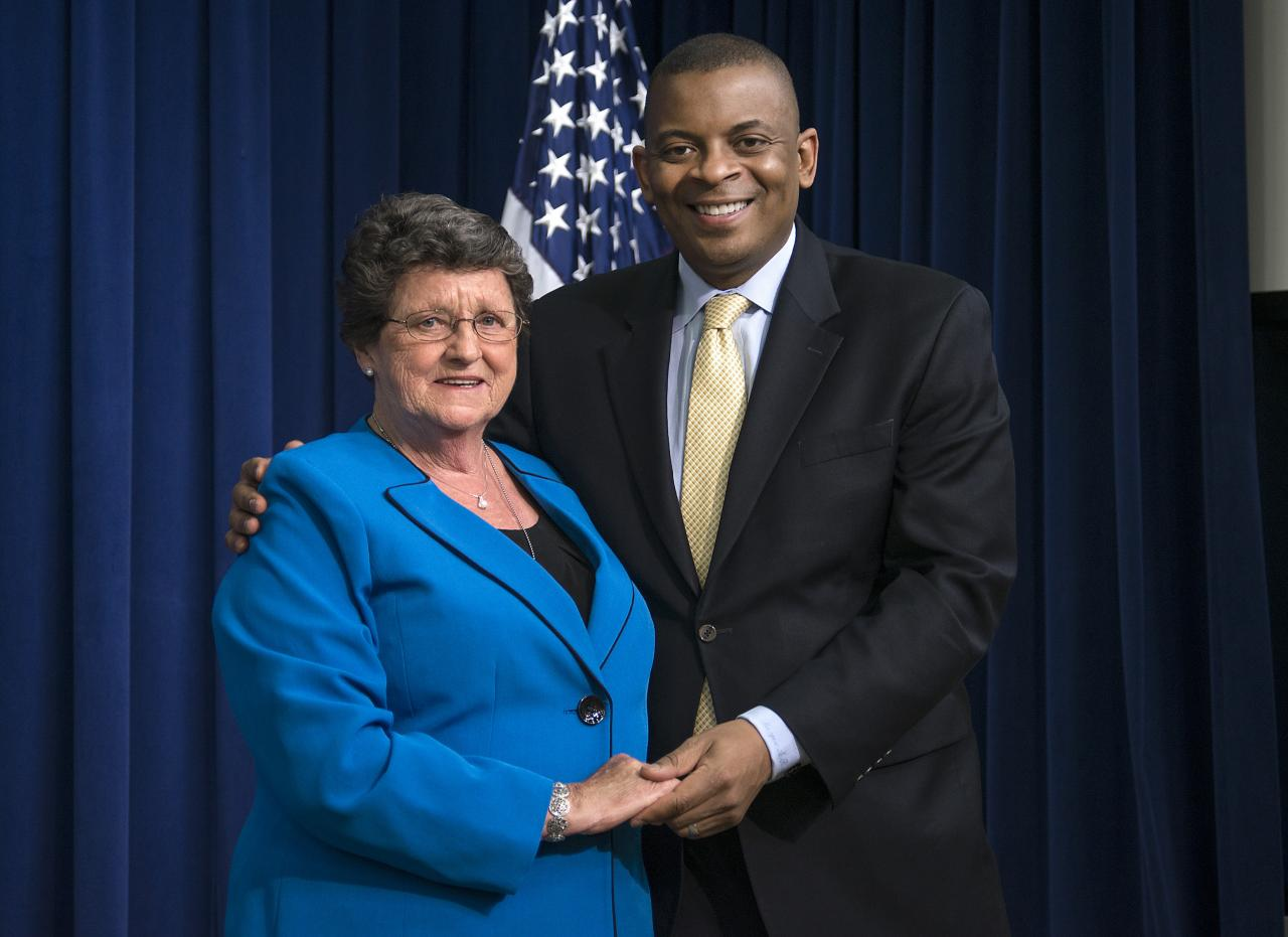 Secretary Anthony Foxx honors Daphne Izer